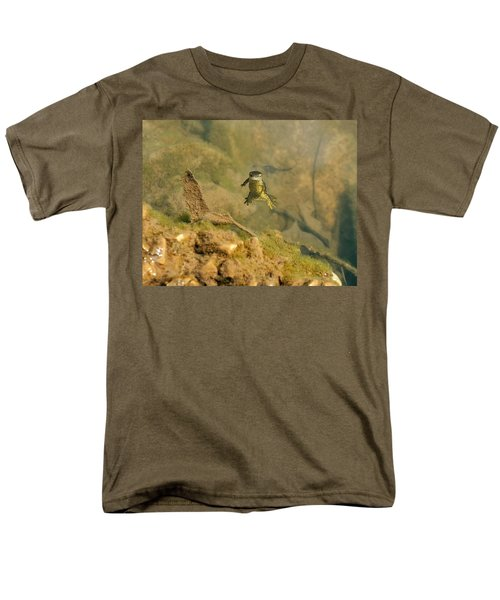 Eastern Newt In A Shallow Pool Of Water Men's T-Shirt  (Regular Fit) by Chris Flees