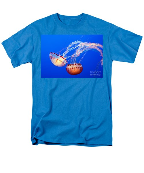 Jelly Dance - Large jellyfish Atlantic Sea Nettle Chrysaora quinquecirrha. T-Shirt by Jamie Pham