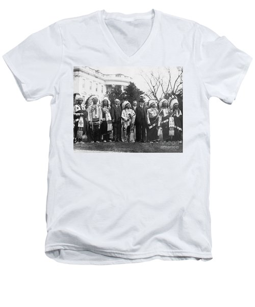Coolidge With Native Americans Men's V-Neck T-Shirt by Photo Researchers