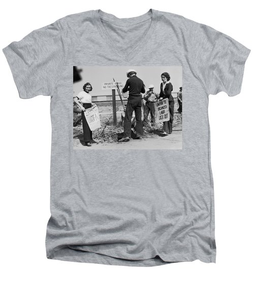 Women Pickets In Salinas Men's V-Neck T-Shirt by Underwood Archives
