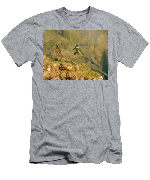 Eastern Newt In A Shallow Pool Of Water Men's T-Shirt (Slim Fit) by Chris Flees