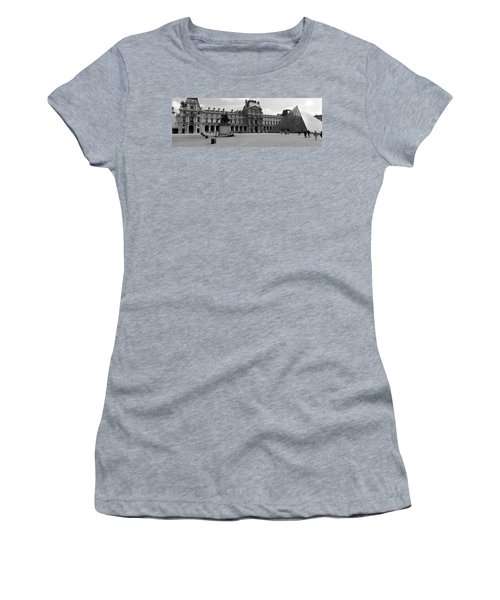 Tourists In The Courtyard Of A Museum Women's T-Shirt (Junior Cut) by Panoramic Images