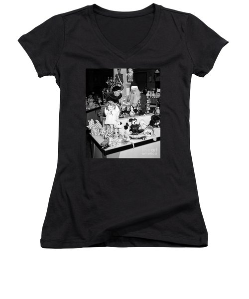 First Lady Eleanor Roosevelt And Santa Women's V-Neck T-Shirt (Junior Cut) by Science Source