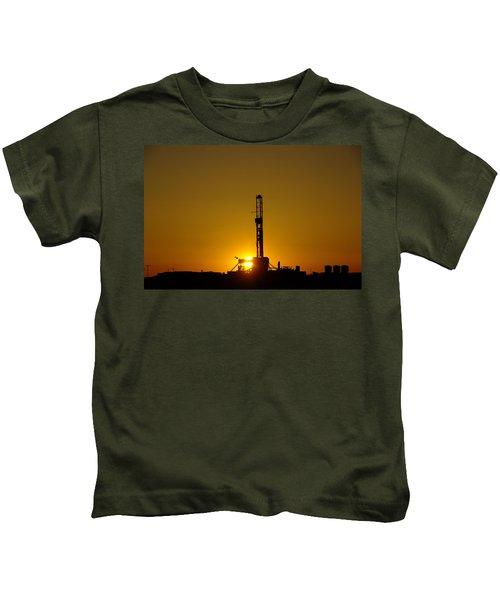 Oil Rig Near Killdeer In The Morn Kids T-Shirt by Jeff Swan
