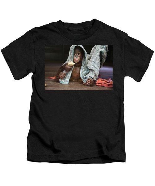 Orangutan 2yr Old Infant Holding Banana Kids T-Shirt by Suzi Eszterhas