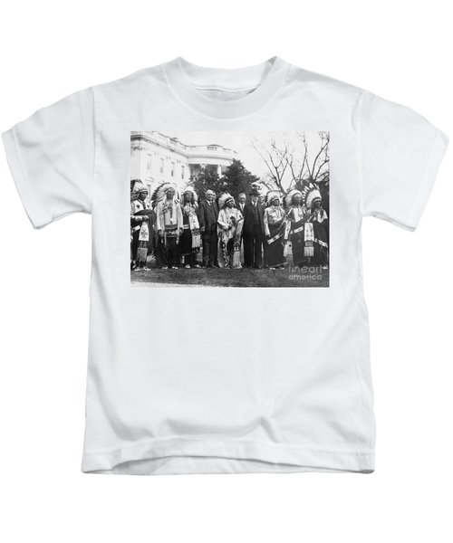 Coolidge With Native Americans Kids T-Shirt by Photo Researchers