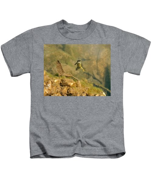 Eastern Newt In A Shallow Pool Of Water Kids T-Shirt by Chris Flees