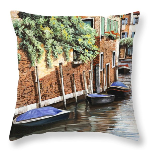 barche a venezia Throw Pillow by Guido Borelli