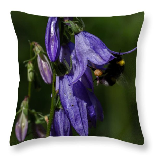 Bumblbee At Work Throw Pillow by Leif Sohlman