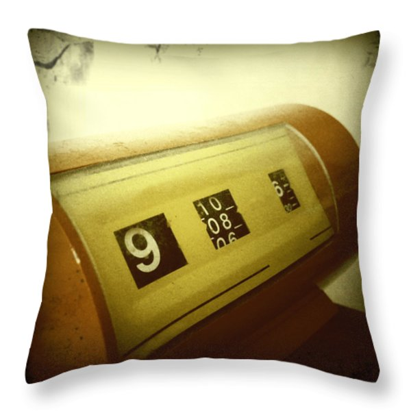 Retro clock Throw Pillow by Les Cunliffe