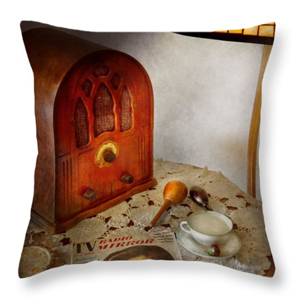 Vintage - What's on the radio tonight Throw Pillow by Mike Savad