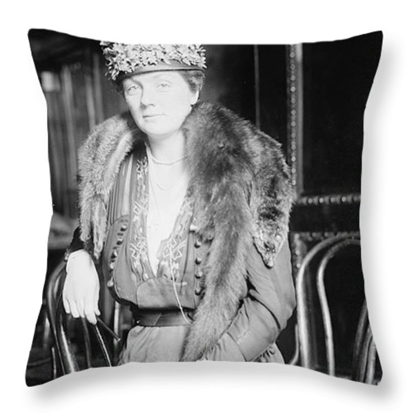 Juliette Daisy Low, Founder Of The Girl Throw Pillow by Photo Researchers