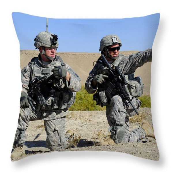 U.s. Army Soldiers Familiarize Throw Pillow by Stocktrek Images