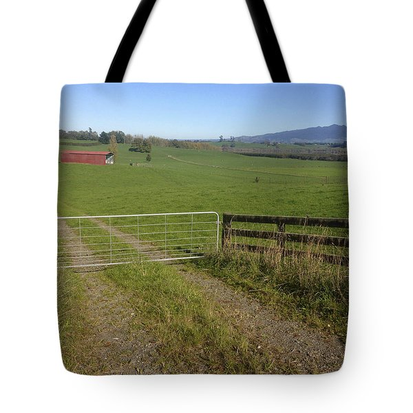 Old Barn Tote Bag by Les Cunliffe