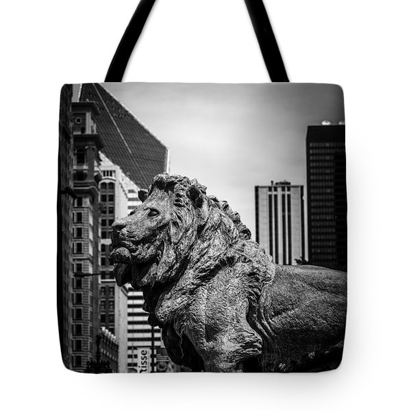 Chicago Lion Statues In Black And White Tote Bag by Paul Velgos