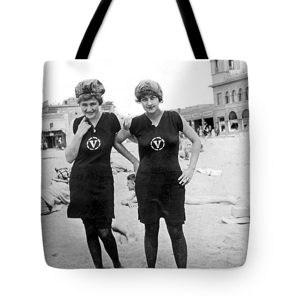 Two Girls At Venice Beach Tote Bag by Underwood Archives