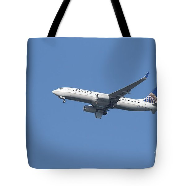 United Airlines Jet 7D21942 Tote Bag by Wingsdomain Art and Photography