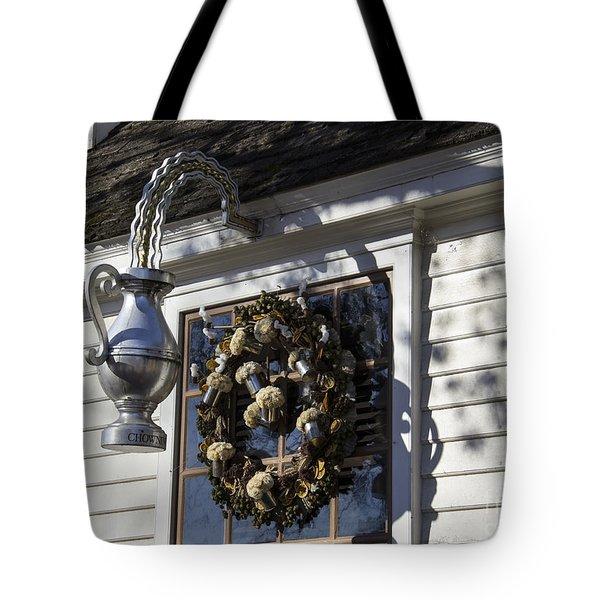 Wreath At Chownings Tavern Tote Bag by Teresa Mucha