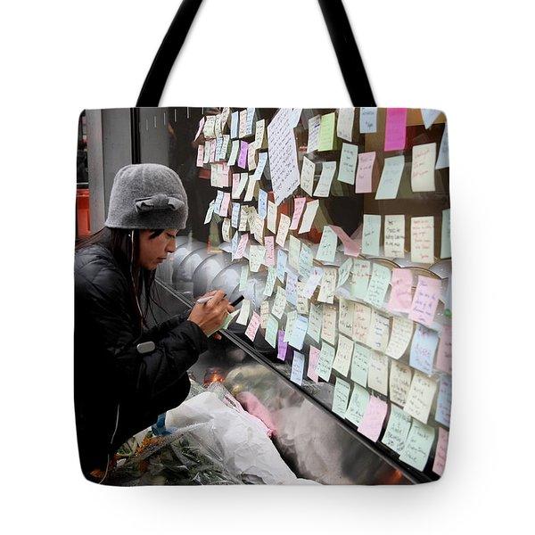 Rip Steve Jobs . October 5 2011 . San Francisco Apple Store Memorial 7dimg8572 Tote Bag by Wingsdomain Art and Photography