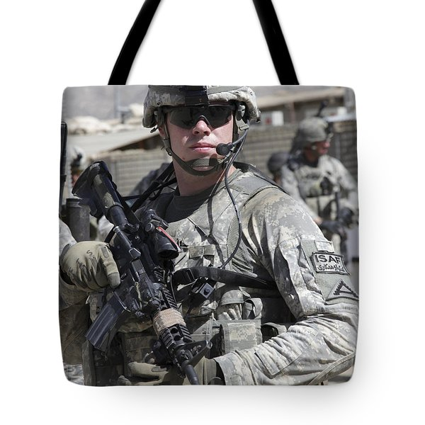 U.s. Army Soldier Conducts A Combat Tote Bag by Stocktrek Images
