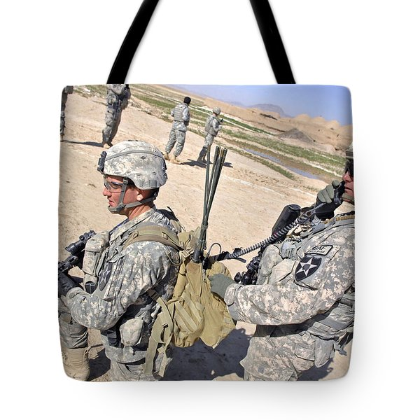 U.s. Army Soldiers Call In An Update Tote Bag by Stocktrek Images