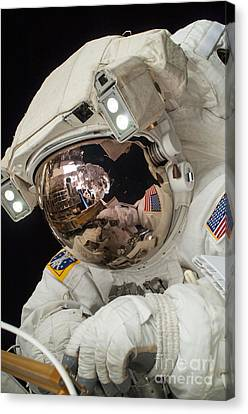 Iss Expedition 38 Spacewalk Canvas Print by Science Source