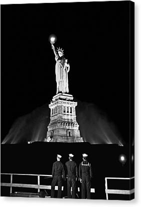 Statue Of Liberty On V-e Day Canvas Print by Underwood Archives