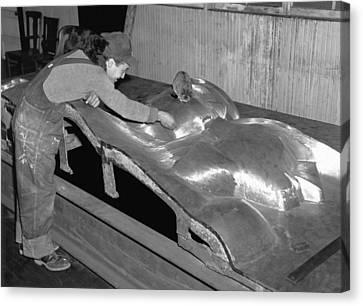 Isamu Noguchi With Sculpture Canvas Print by Underwood Archives