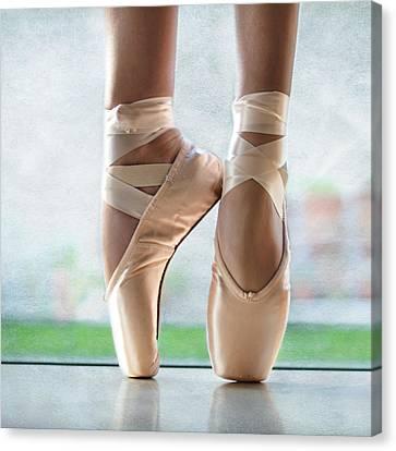 Ballet En Pointe Canvas Print by Laura Fasulo