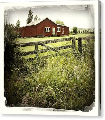 Barn In Field Canvas Print by Les Cunliffe