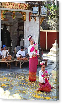 Child Performers - Wat Phrathat Doi Suthep - Chiang Mai Thailand - 01132 Canvas Print by DC Photographer