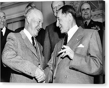 Eisenhower And Macarthur Canvas Print by Underwood Archives