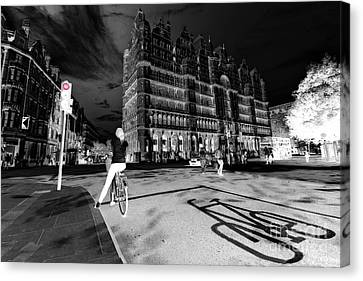 Inner City Cycling  Canvas Print by Rob Hawkins