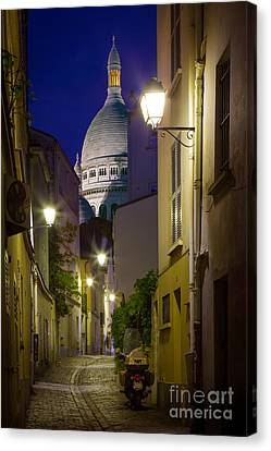 Montmartre Street And Sacre Coeur Canvas Print by Inge Johnsson