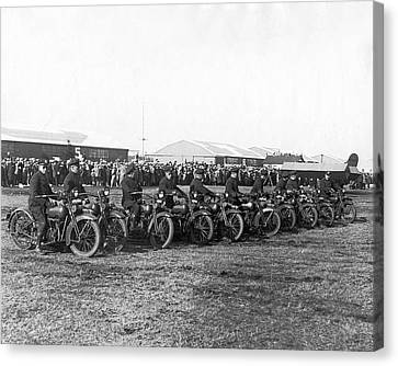 Ny Cops Wait For Bremen Flyers Canvas Print by Underwood Archives