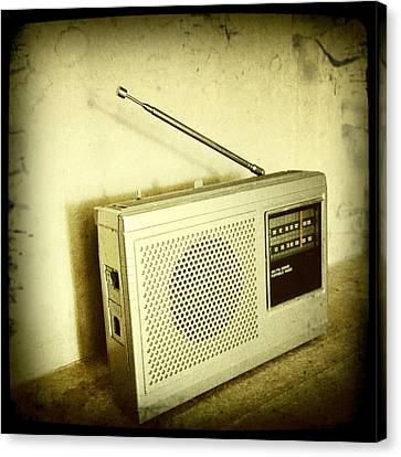 Old Radio Canvas Print by Les Cunliffe