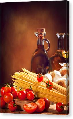 Spaghetti Pasta With Tomatoes And Garlic Canvas Print by Amanda And Christopher Elwell