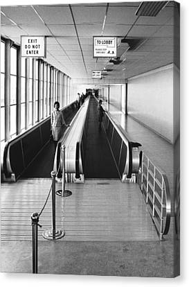 Speedwalk Conveyors At Sfo Canvas Print by Underwood Archives