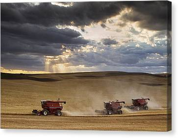 The Race To Finish Canvas Print by Mark Kiver