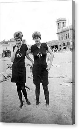 Two Girls At Venice Beach Canvas Print by Underwood Archives