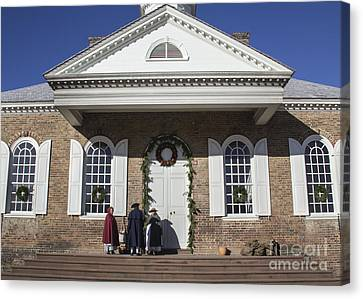 Williamsburg Courthouse At Christmas Canvas Print by Teresa Mucha