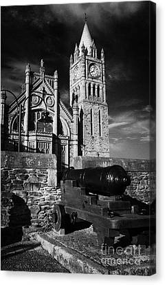 Derrys Walls And Guildhall With Cannon Canvas Print by Joe Fox