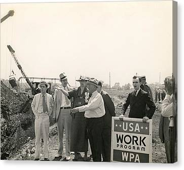 Eleanor Roosevelt At A Wpa Site In Des Canvas Print by Everett