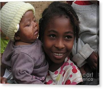 Enfants A Madagascar Canvas Print by Francoise Leandre