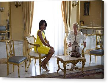 Michelle Obama Meets With Clio Canvas Print by Everett