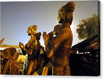 Sculpture Of Women Canvas Print by Sumit Mehndiratta