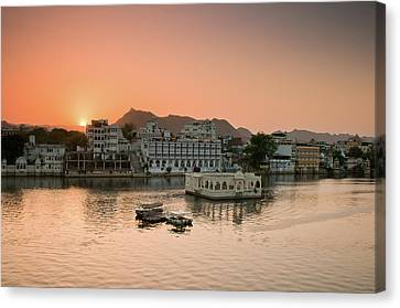 Sunset Over Pichola Lake In Udaipur. Canvas Print by Ania Blazejewska