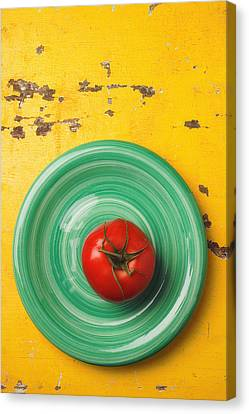 Tomato On Green Plate Canvas Print by Garry Gay