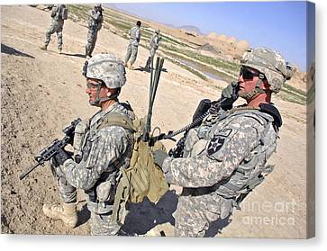 U.s. Army Soldiers Call In An Update Canvas Print by Stocktrek Images