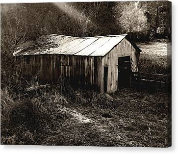 Countryside Canvas Print featuring the photograph Barn by Roberto Alamino
